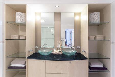 twin house: Modern twin bathroom in stylish Australian home
