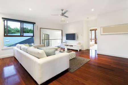 Moderna sala de estar en la mansión de estilo Foto de archivo