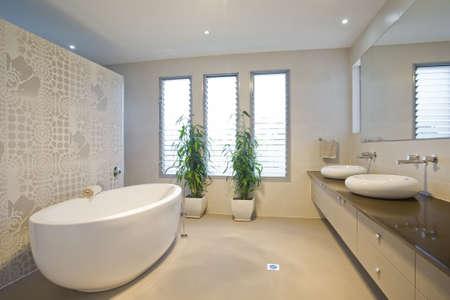 bad fliesen: Luxus-Badezimmer mit zwei Waschbecken Lizenzfreie Bilder