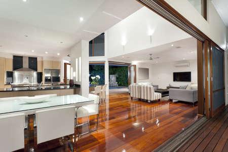 presti: Luksusowe wnętrze domu z dużymi drzwiami przesuwnymi