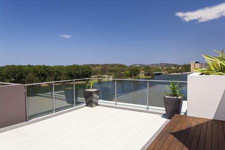 Suburban uitzicht vanaf zonnige balkon
