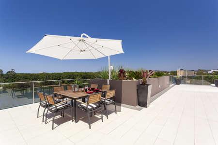 Sunny luxuus penthouse balcony Stock Photo - 18573594