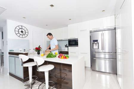 refrigerador: Hombre de Hansome en la cocina moderna