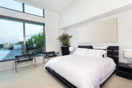 cama: Dormitorio moderno en el apartamento de lujo