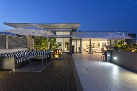 luxe: Balcon moderne au coucher du soleil dans le penthouse de luxe