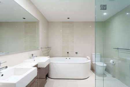 piastrelle bagno: Bathrrom moderna in appartamento di lusso