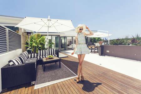Mujer atractiva en la lujosa terraza ático