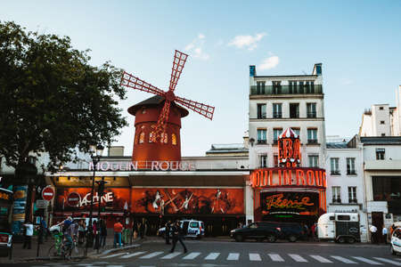 moulin: Street view infront of the Moulin Rouge in Paris