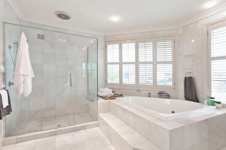 オーストラリアの大邸宅の大理石のタイルの美しいモダンな浴室