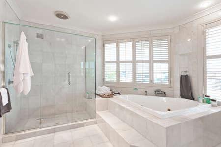 cuarto de ba�o: precioso cuarto de ba�o moderno con los azulejos de m�rmol en la mansi�n australiano Foto de archivo