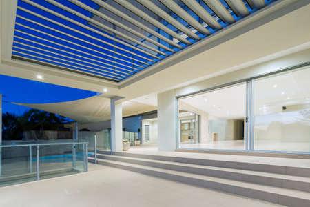 Blanc extérieur de manoir luxueux et moderne avec terrasse et piscine sur la Gold Coast, dans le Queensland en Australie