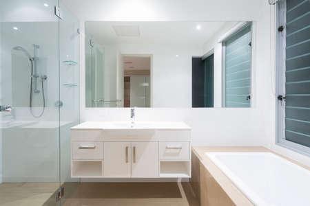 Witte schone moderne minimale badkamer Stockfoto