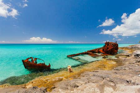 oxidado: Restos de la nave oxidada en una playa tranquila en las Bahamas