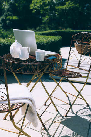 Outdoor garden office setting with forest and mountain views Stock fotó