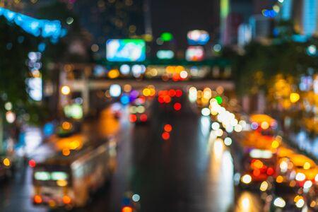 Der schöne Hintergrund auf dunklem, unscharfem Licht während der Nacht. Autoverkehr Standard-Bild