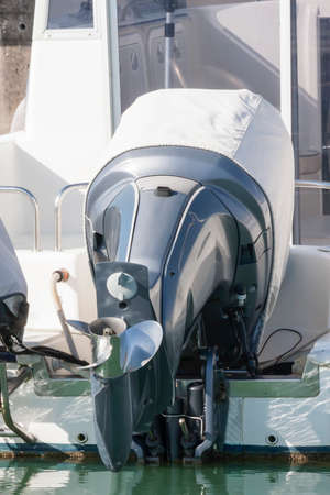 yachtsman: Outboard engine with cover
