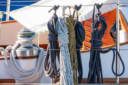 polea: La cuerda y la polea en un velero Foto de archivo