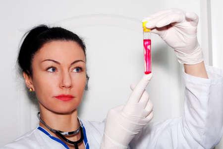 altruismo: Mujer médico examina la reacción