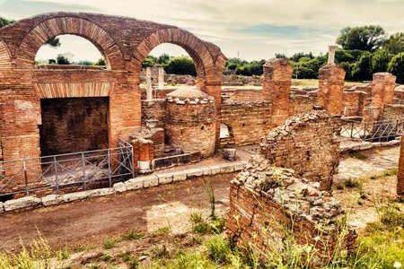 Paesaggio romano archeologico a Ostia Antica - Roma - Italia Archivio Fotografico - 84495861