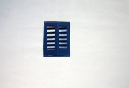 ventana azul en la pared blanca Foto de archivo