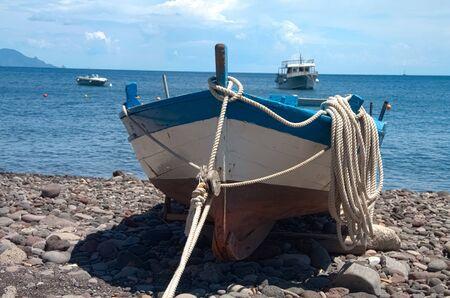 Algunos colores de barcos en el puerto de lenguaje, sal, Sicilia