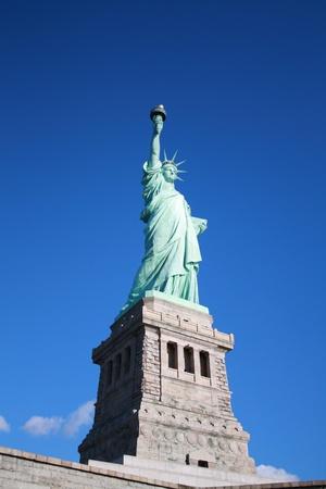 Estatua de la libertad en un cielo azul