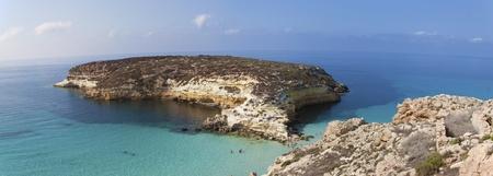 Superficie pura agua cristalina alrededor de una isla (Lampedusa)