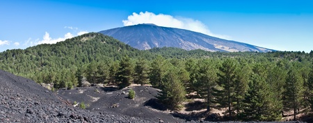 El volc�n Etna paisaje en un cielo azul