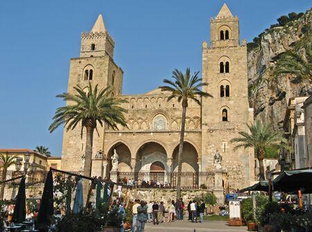 Norman catedral y la plaza del Duomo en Cefalu, Sicilia