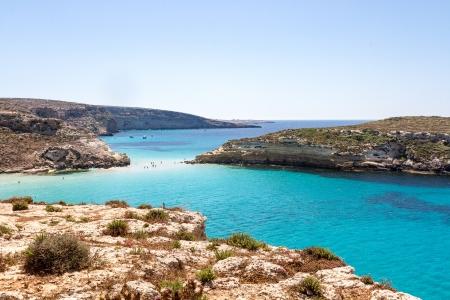 Superficie pura agua cristalina alrededor de una isla de Lampedusa Foto de archivo
