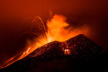 Erupción del volcán Etna en Sicilia, Italia