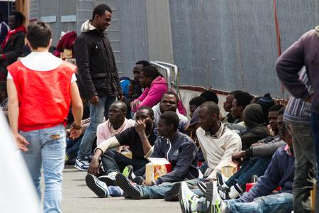 Llegado en el puerto de Catania en la patrulla de la Guardia de Finanzas Denaro llevar 220 migrantes, incluyendo 5 mujeres. Los inmigrantes fueron rescatados ayer a unas cuarenta millas al norte de Libia; viajando en dos balsas de largo no m�s de 14 metros. Editorial