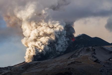 Erupcja wulkanu. Etna wybucha z Otchłani krateru