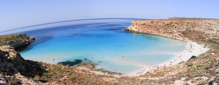 섬 주변의 순수한 결정체 표면 - Lampedusa, Sicily