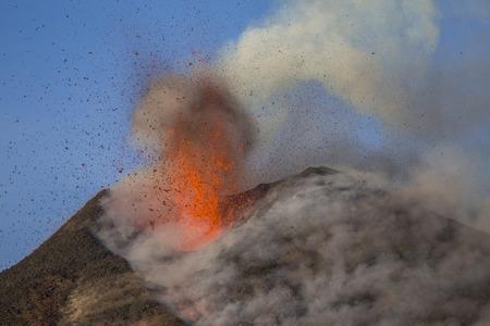 Erupción del volcán Etna - Explosión y flujo de lava en Sicilia