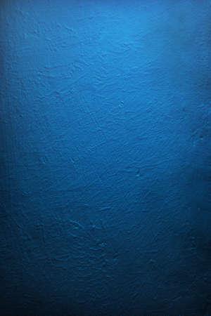 Degradado iluminado muro azul profundo, de textura. Foto de archivo