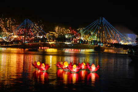 Linternas Wesak en el lago Bere en Colombo, Sri Lanka Foto de archivo - 42525722