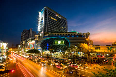 BANGKOK MBK May 04 2014: at early night with typically heavy traffic on the roads. It is the most famous shopping mall in Bangkok, Thailand. Many tourists come to enjoy shopping here. Bangkok 2014 에디토리얼