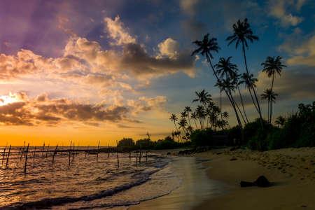 Mooie tropische zonsondergang op een strand in Sri-Lanka