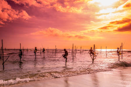 Siluetas de los pescadores de zancos tradicionales en Koggala Sri Lanka Foto de archivo - 59721484