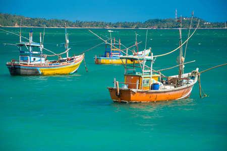 Traditionele houten vissersboten in de oceaan, Sri Lanka Stockfoto