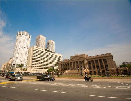 banco mundial: COLOMBO - 22 de diciembre: World Trade Center y Bank of Ceylon edificios el 22 de diciembre de 2013 en Colombo, Sri Lanka. Colombo es la ciudad más grande y capital comercial e industrial de Sri Lanka.