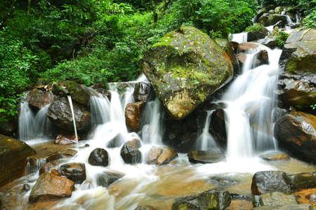 Cascada natural en Nuwara Eliya - Sri Lanka Foto de archivo - 59723532