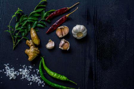 Sri Lankaanse en Indiase kruiden op de tafel
