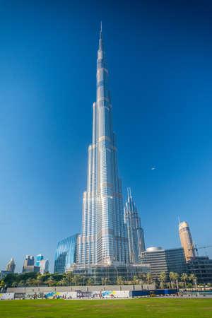 DUBAI, Emiratos Árabes Unidos - 24 de abril de 2016: la torre Burj Khalifa. Este rascacielos es la estructura más alta hecha por el hombre en el mundo, que mide 828 m. Terminado en 2009. 24 de de abril de, 2016, EAU Foto de archivo - 64652719