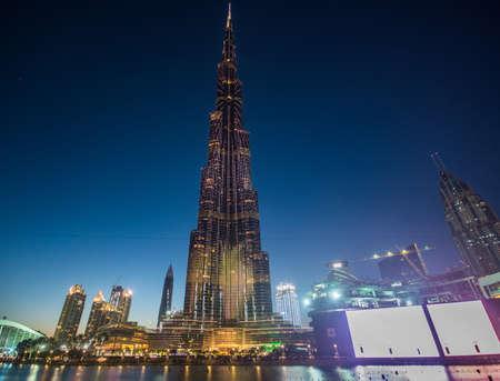 DUBAI, Emiratos Árabes Unidos - 24 de abril de 2016: la torre Burj Khalifa. Este rascacielos es la estructura más alta hecha por el hombre en el mundo, que mide 828 m. Terminado en 2009. 24 de de abril de, 2016, EAU Foto de archivo - 64652720