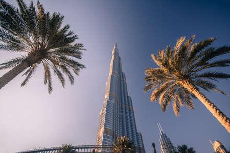 DUBAI, Emiratos Árabes Unidos - 24 de abril de 2016: la torre Burj Khalifa. Este rascacielos es la estructura más alta hecha por el hombre en el mundo, que mide 828 m. Terminado en 2009. 24 de de abril de, 2016, EAU Foto de archivo - 64652721