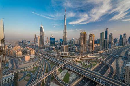 Dubai horizonte con hermosa ciudad, cerca de la carretera que es de mayor actividad en el tráfico Foto de archivo - 64701656