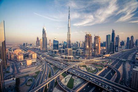 Dubai horizonte con hermosa ciudad, cerca de la carretera que es de mayor actividad en el tráfico Foto de archivo - 64701658