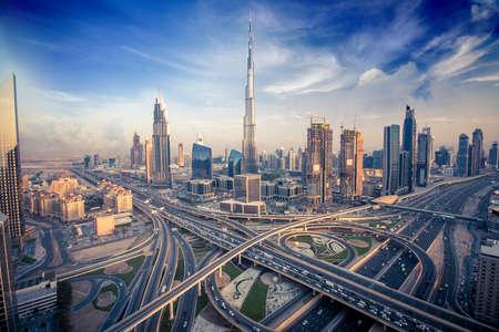 Dubai horizonte con hermosa ciudad, cerca de la carretera que es de mayor actividad en el tráfico Foto de archivo - 64701676